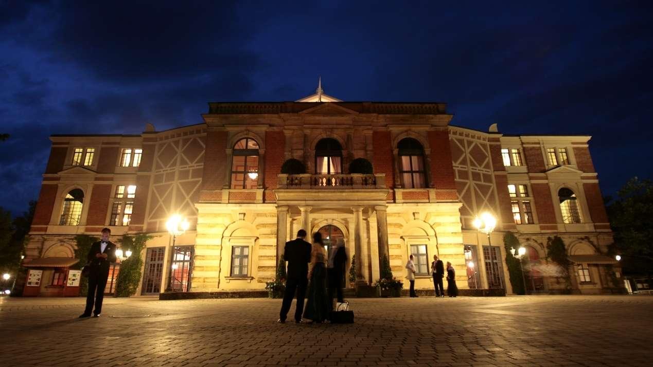 Das Bayreuther Festspielhaus in der Nacht, in dem jährlich die Bayreuther Festspiele stattfinden.