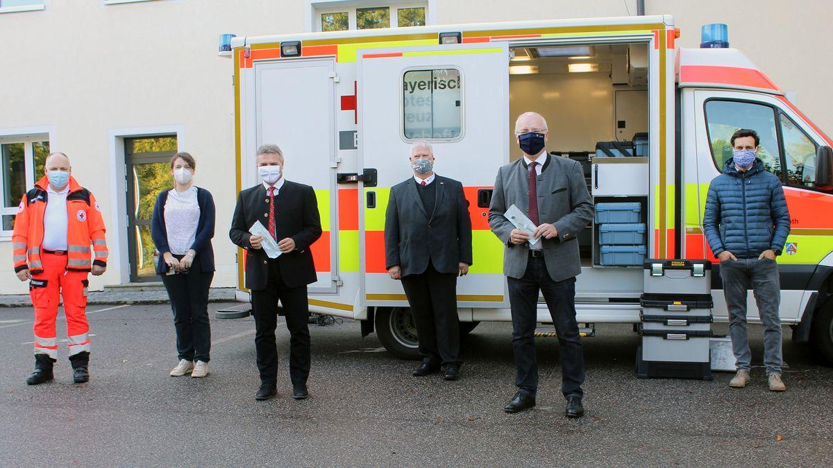 Landrat Peter Dreier (3.v.l) und Oberbürgermeister Alexander Putz (2.v.r.) wird das Konzept der Zahnarztpraxis im Rettungswagen vorgestellt