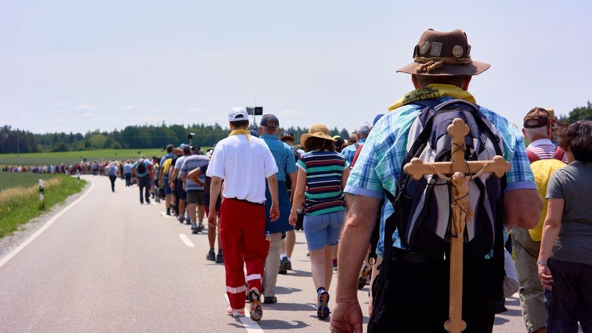 Rund 7.000 Pilger machen sich seit 190 Jahren jedes Jahr gemeinsam auf den Weg ins 111 Kilometer entfernte Altötting. In diesem Jahr muss die Wallfahrt wegen der Corona-Krise das erste Mal aussetzen.