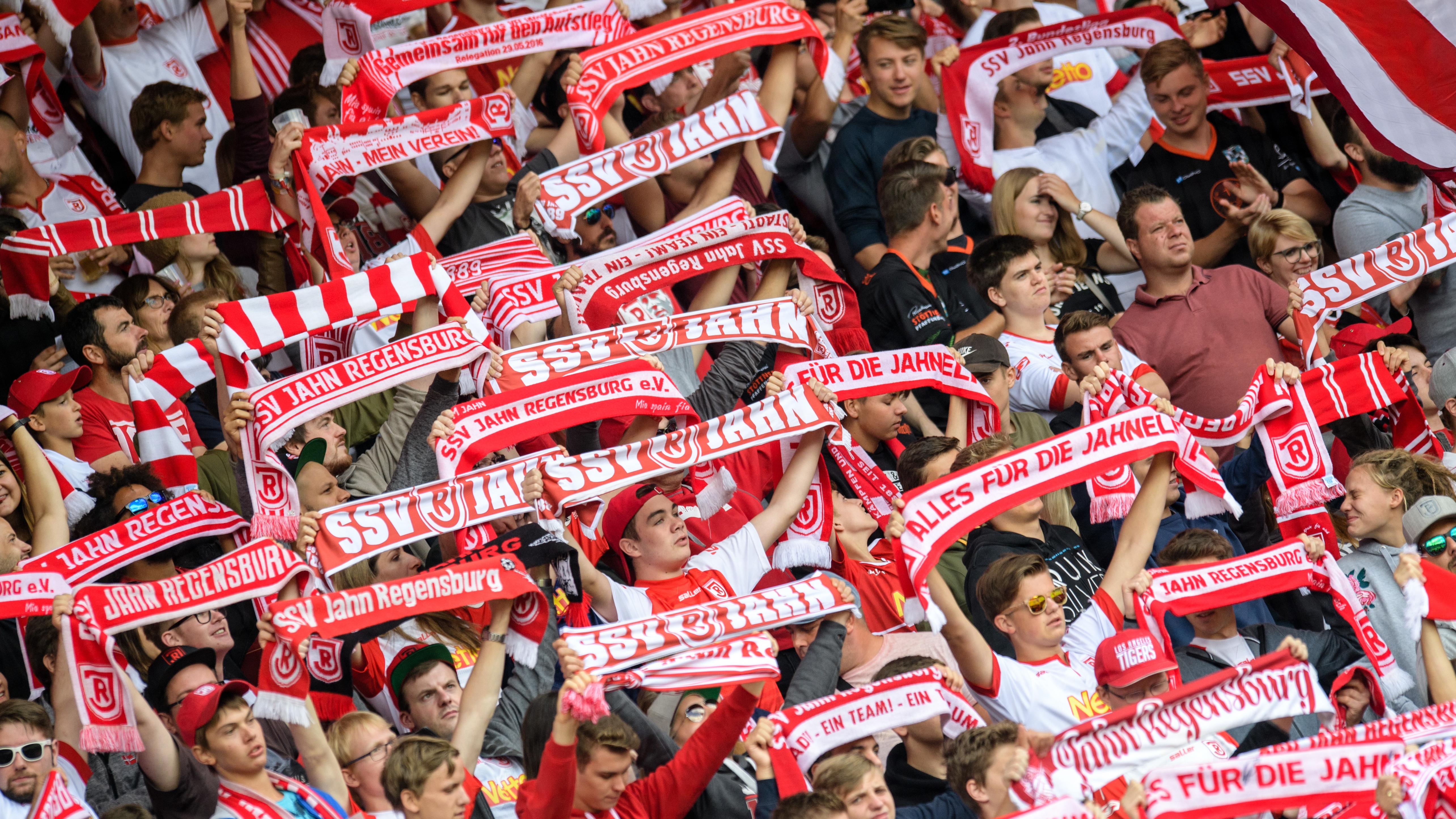 Jahn-Fans in Stadion