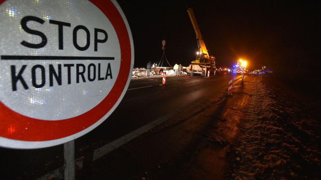 """""""Stop Kontrola"""" steht auf einem Straßenschild"""