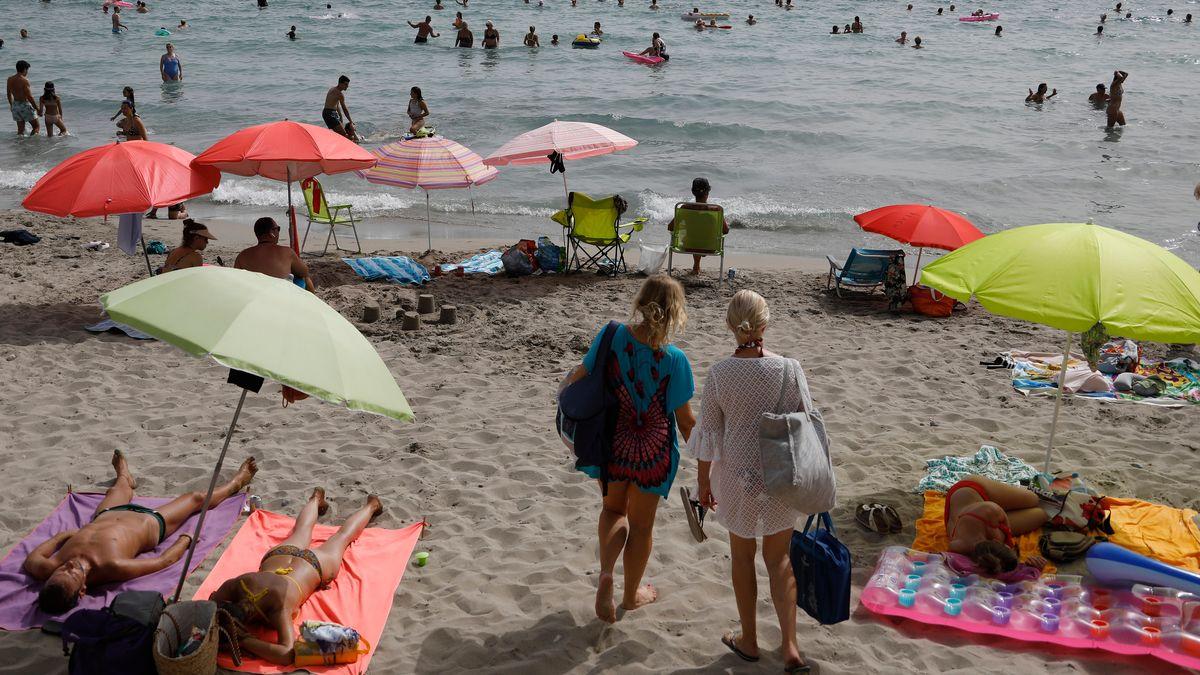 Gäste kommen an den Strand von Paguera auf Mallorca.