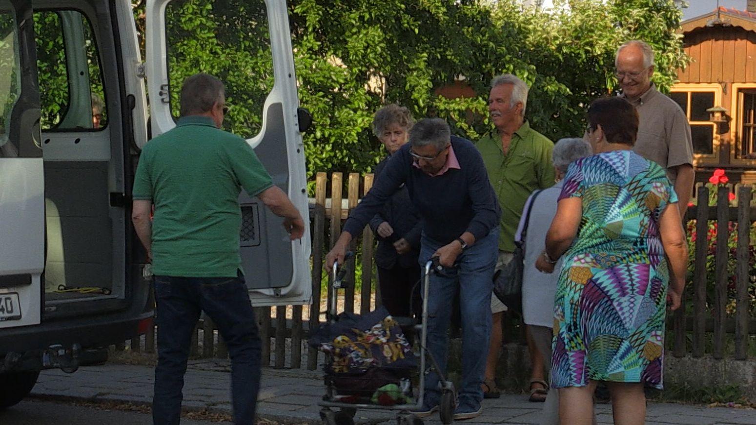 Ältere Bewohner von Steinberg steigen in den Bürger-Bus ein.