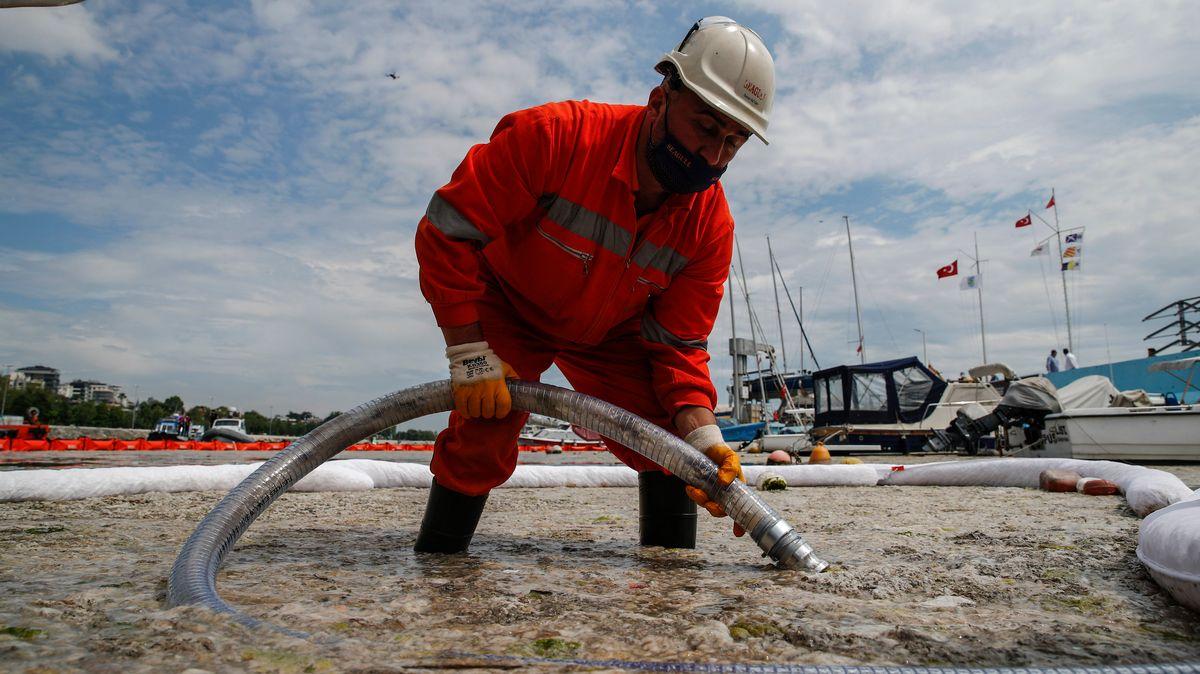 Ein Arbeiter saugt Meeresschleim im türkischen Marmarameer ab