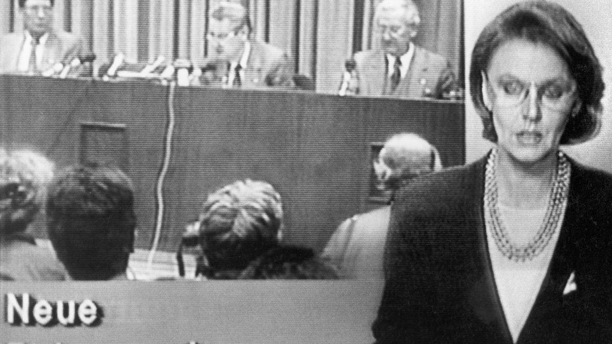 """Das DDR-Fernsehen informierte in der Nachrichtensendung """"Aktuelle Kamera"""" am Abend des 09.11.1989 um 19.30 Uhr die Bevölkerung über die neuen Reiseregelungen für DDR-Bürger. Zuvor war die Pressekonferenz mit SED-Politbüromitglied Günter Schabowski (oben Mitte), der die sensationelle Nachricht bekannt gab, direkt übertragen worden. Schabowski hatte bekannt gegeben, dass alle DDR-Grenzen zur Bundesrepublik Deutschland und nach West-Berlin für DDR-Bürger ab sofort geöffnet werden. Daraufhin strömten binnen weniger Stunden tausende von Ost-Berlinern in den Westteil der Stadt, wo es zu volksfestartigen Verbrüderungen kam."""
