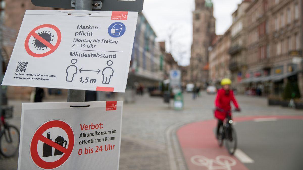 Hinweis-Schilder in der Münchner Innenstadt, aufgenommen am 16.03.21