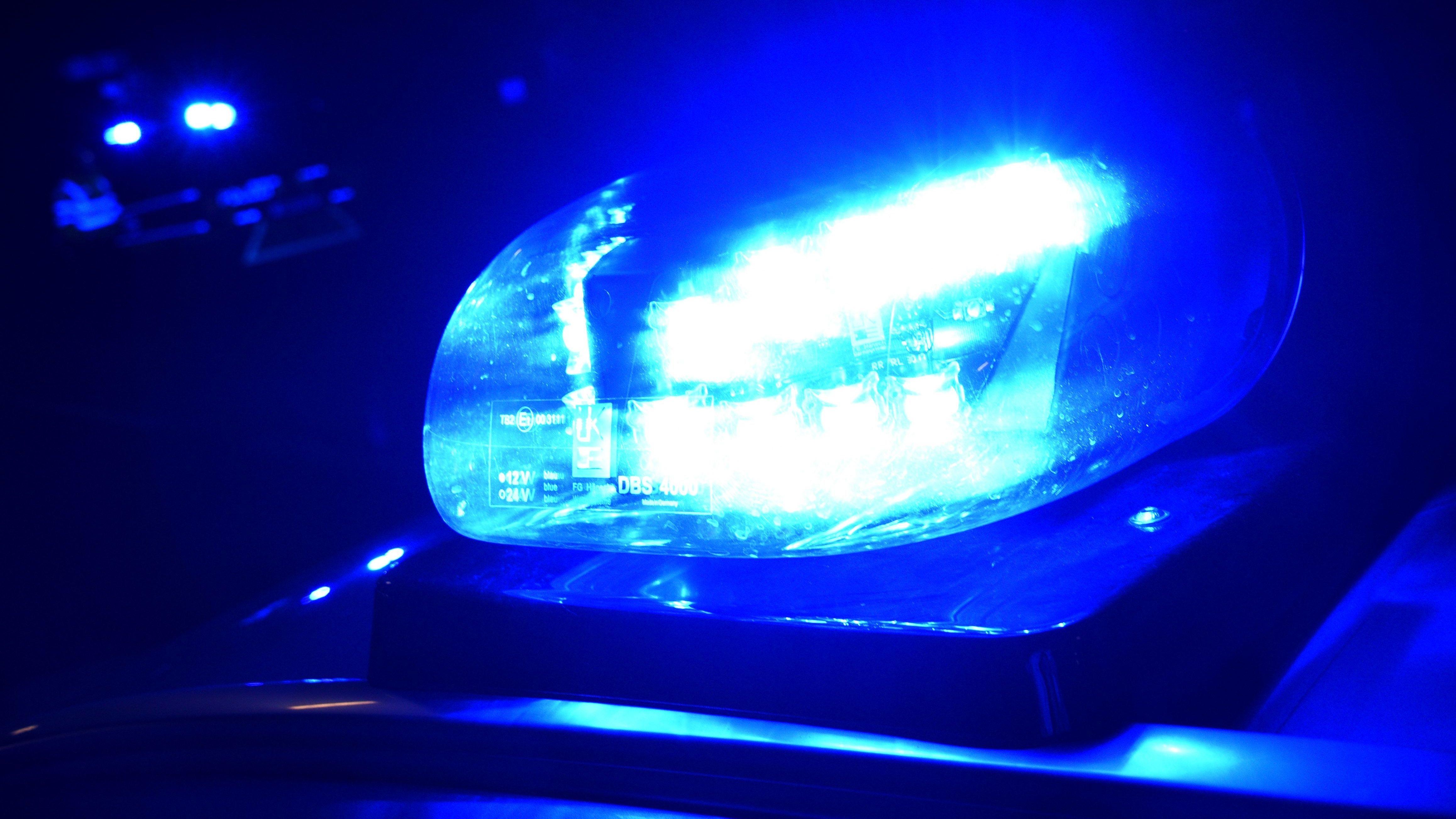 Blaulicht leuchtet auf einem Fahrzeug der Polizei (Symbolbild).