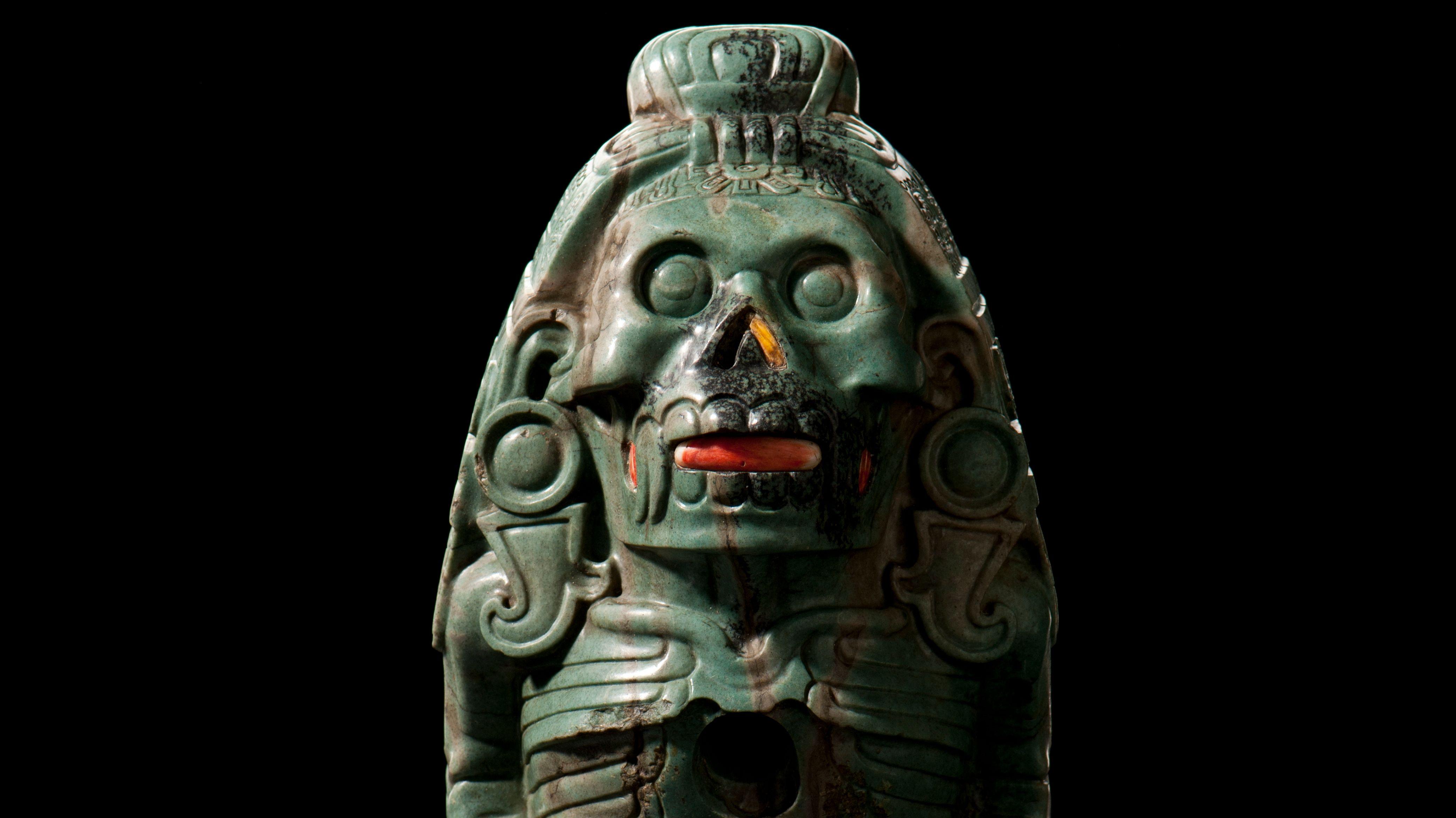 Figur des Gottes Quetzalcoatl aus Grünstein, Koralle oder Spondylus