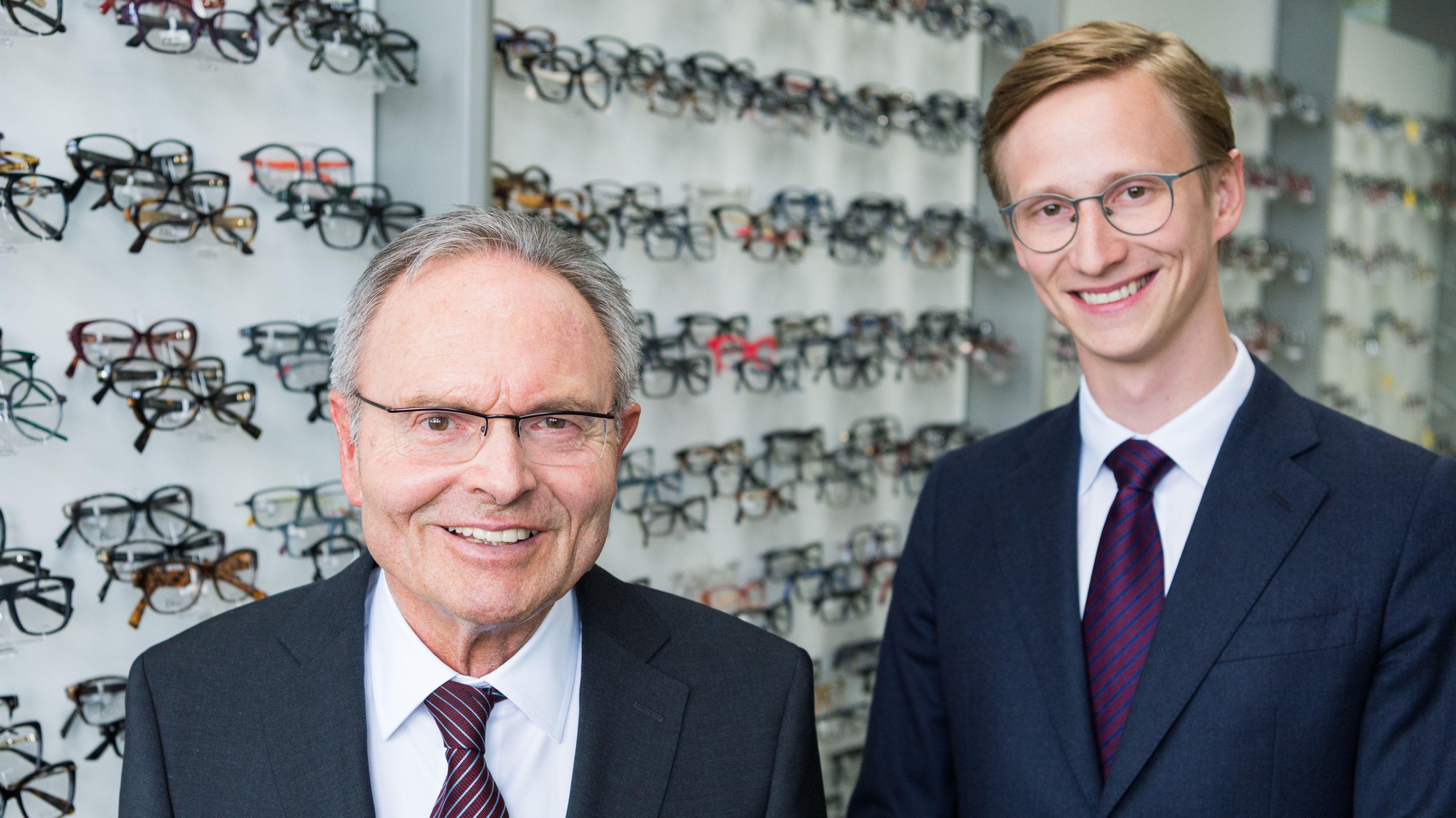 Der Vorstandsvorsitzende der Fielmann AG, Günther Fielmann (l), und sein Sohn Marc Fielmann