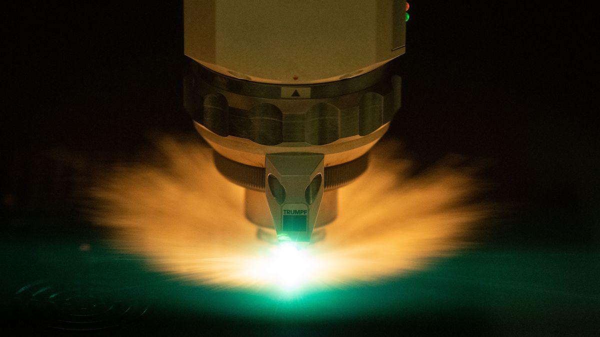 Ein Laser schneidet ein Blech