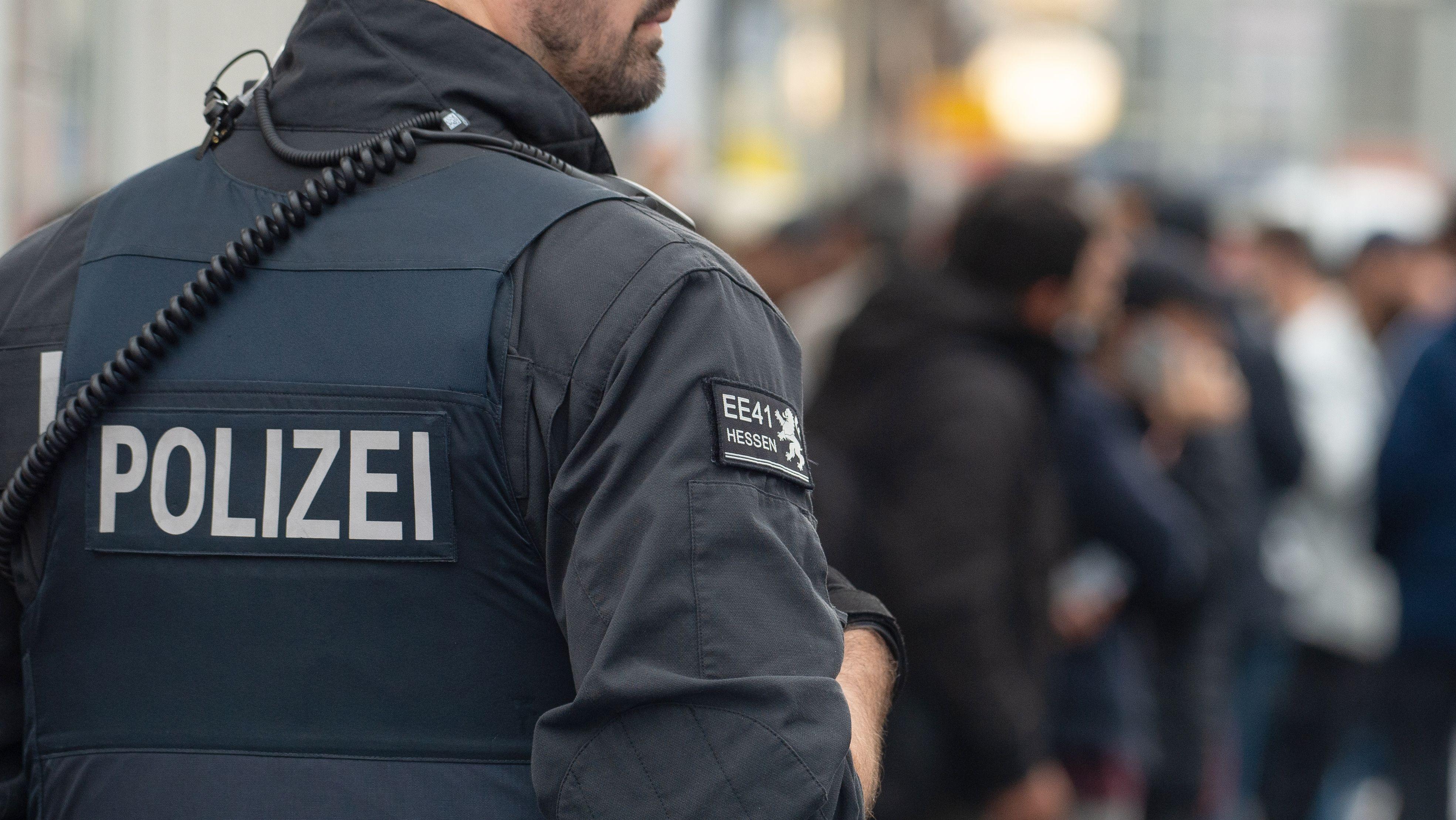 Polizist bei einer Razzia in Hessen