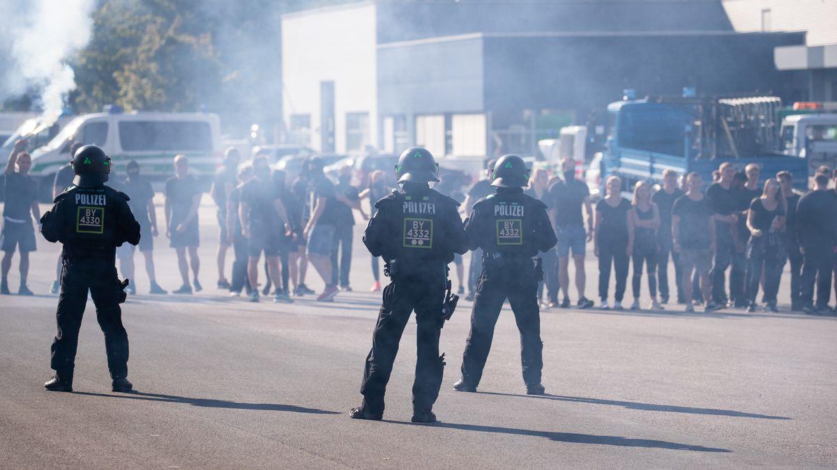 Geschlossene Einheiten der Bereitschaftspolizei zeigen auf einem Übungsgelände das Vorgehen bei einem Fußballeinsatz.