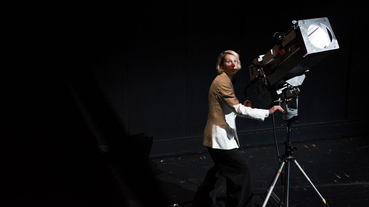 Schauspielerin Mareike Beykirch bedient einen Schweinwerfer