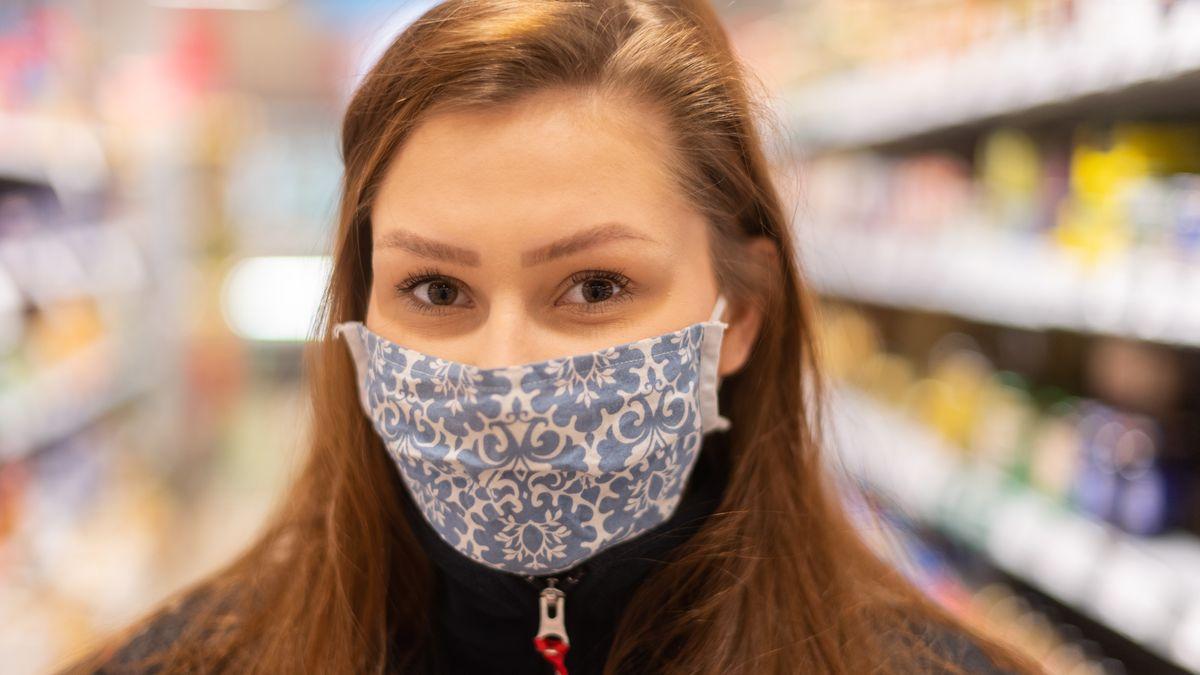 Frau mit Atemschutzmaske