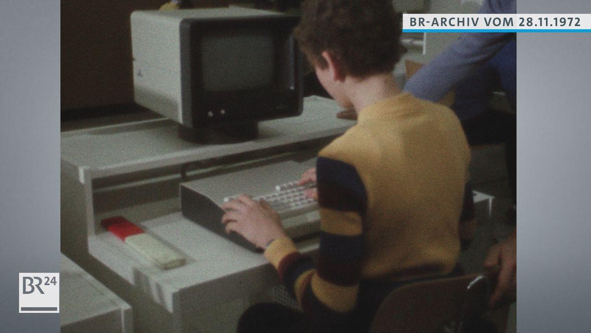 Schüler am PC sitzend