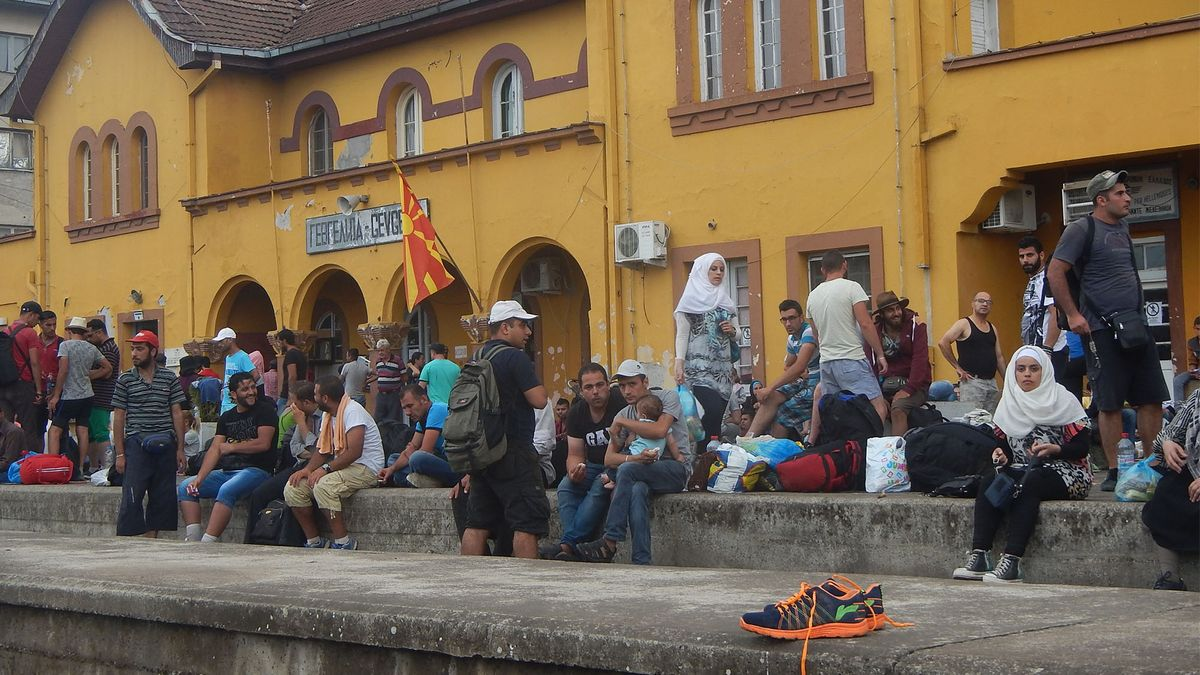 Flüchtlinge vor dem Bahnhof Gevgelija