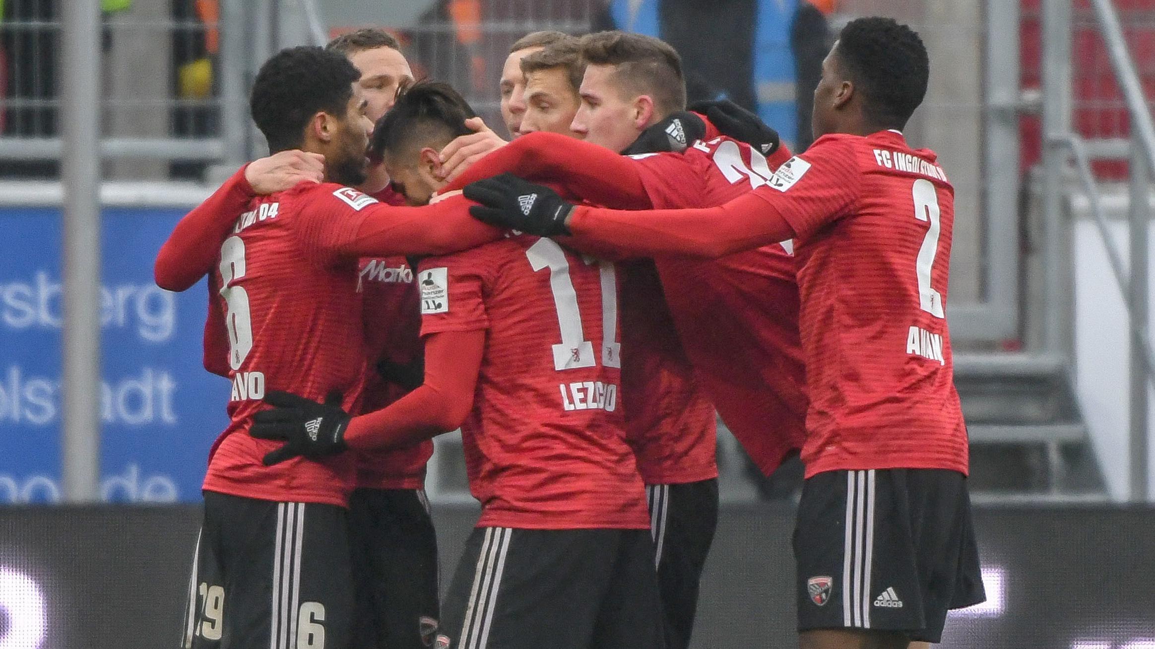 Die Mannschaft von Ingolstadt jubelt nach dem Treffer zum 1:0 gegen Heidenheim