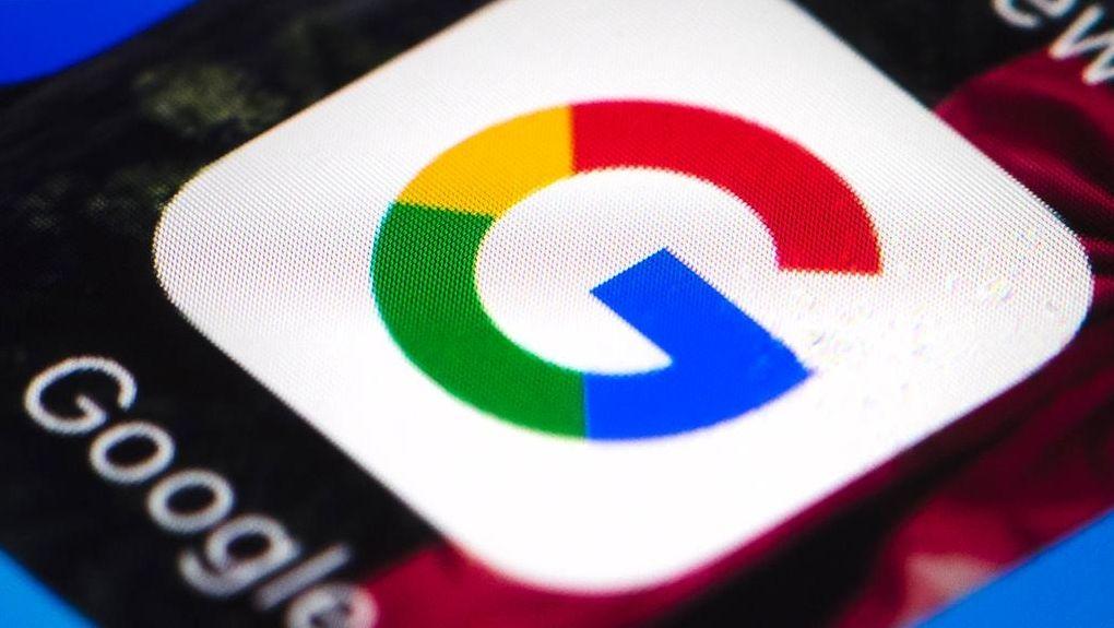 Das Google-Logo ist auf einem mobilen Telefon zu sehen.