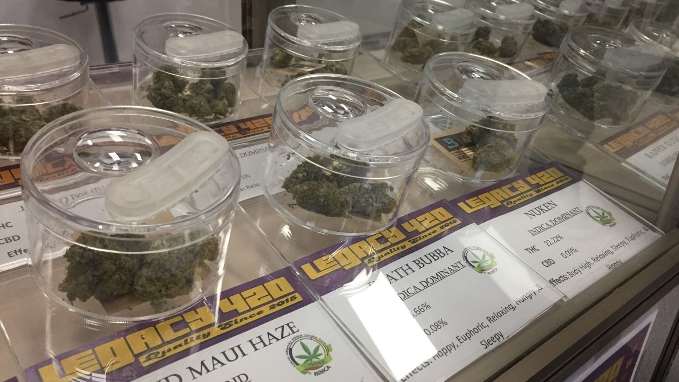 Behälter mit Cannabis im Laden