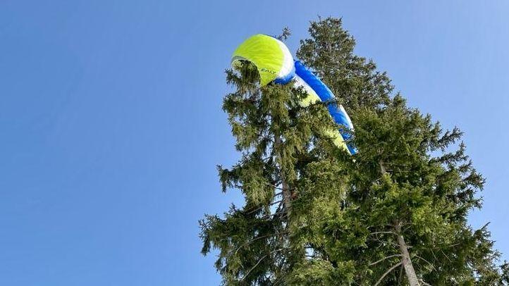 Der Gleitschirm hatte sich in einem Baum verfangen