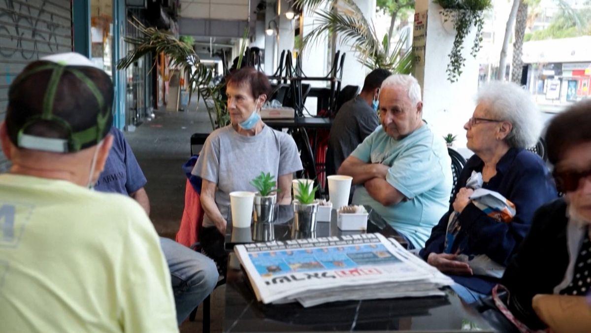 Nach der vereinbarten Feuerpause in Gaza und Israel sitzen die Menschen wieder in den Straßencafés.