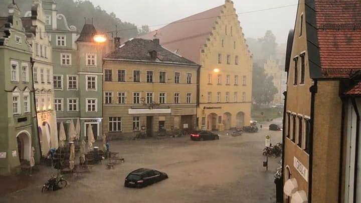 Ein Unwetter hat in der Innenstadt von Landshut für Überschwemmungen gesorgt. Dieses Handyvideo zeigt die Überflutungen.