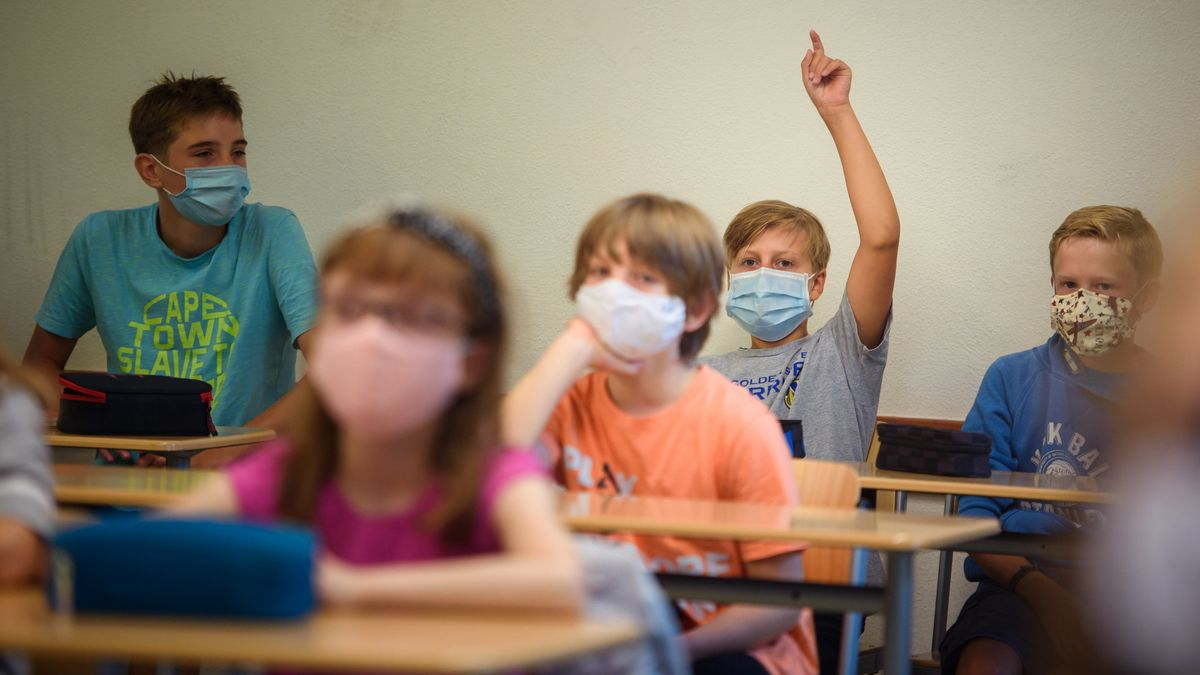 Schüler mit Mund-Nasen-Schutz