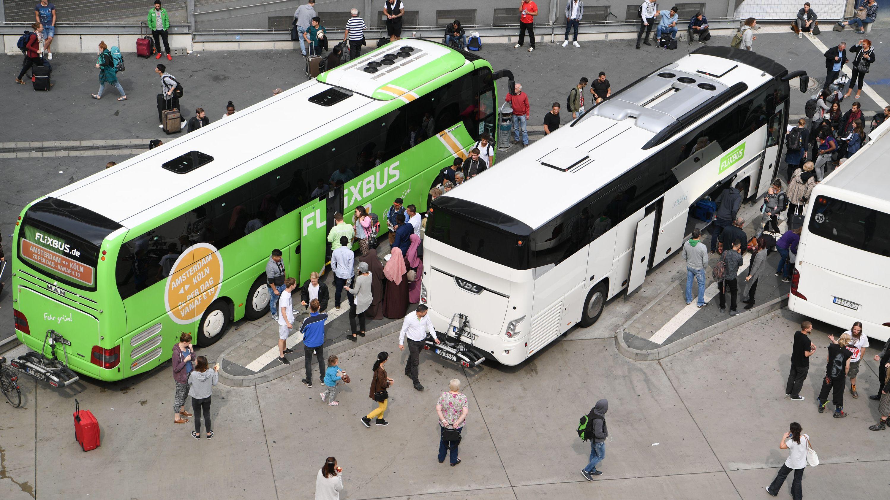 Fernbusse stehen an einem Busbahnhof