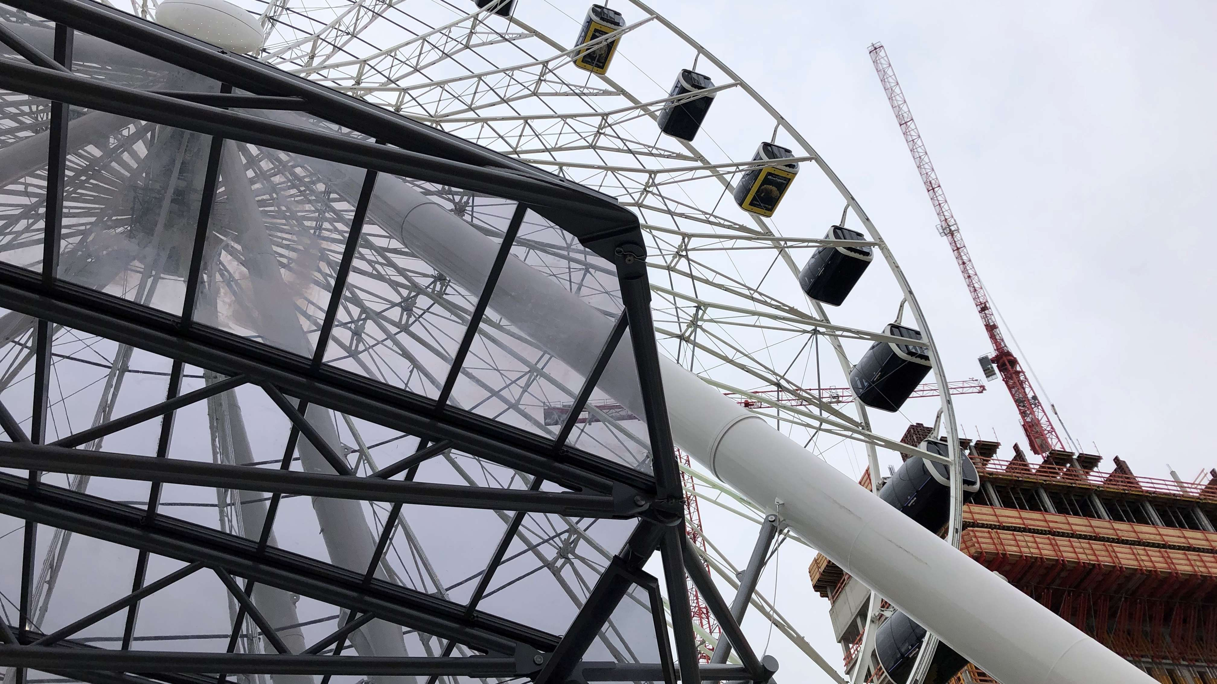 Das neue Riesenrad im Werkviertel von München von unten