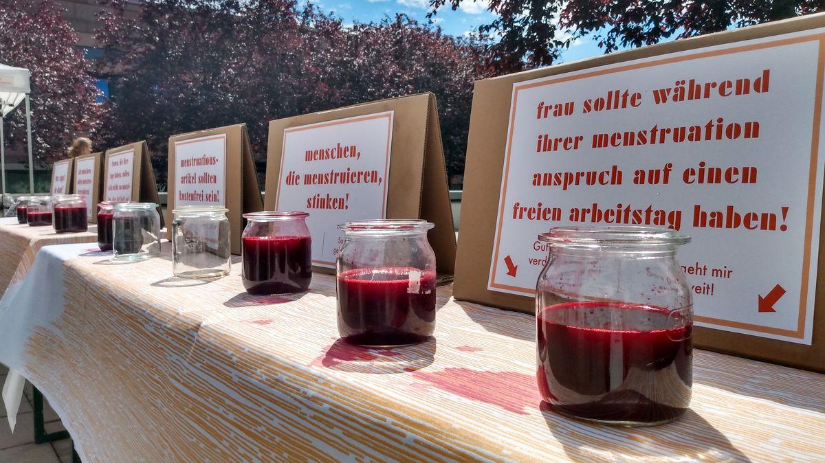 """Kunstinstallation des Kindertheaters Pfütze zum Thema """"Menstruation"""""""
