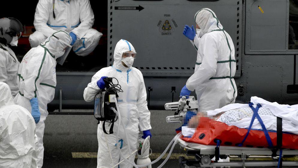 Transport eines Corona-Patienten in Frankreich   Bild:picture alliance/Stéphane Geufroi/MAXPPP/dpa