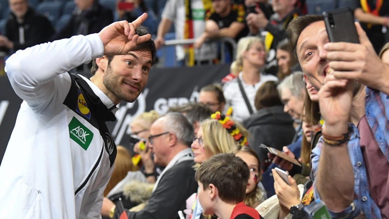 Uwe Gensheimer (l) posiert für ein Selfie mit einem Fan.