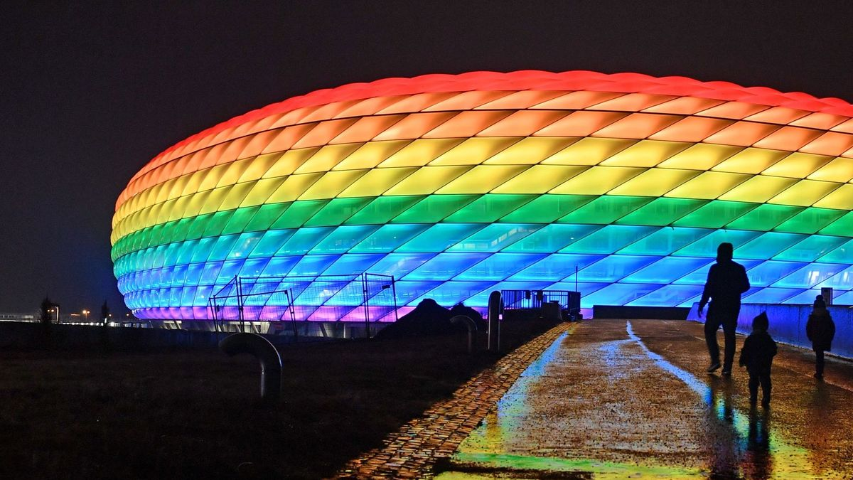 Münchener Arena in Regenbogenfarben