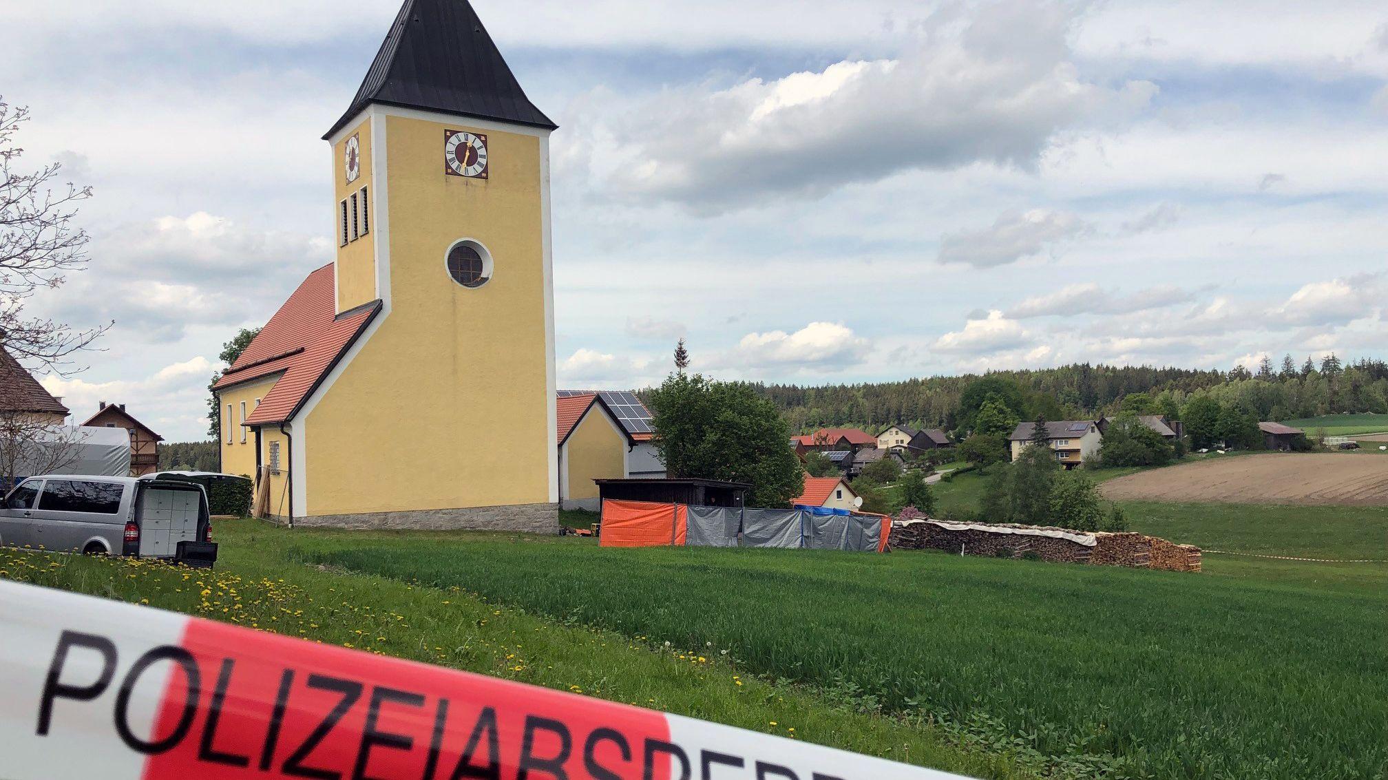 Die Kirche von Waldkirch: Hier gräbt die Polizei seit Montagmorgen nach den sterblichen Überresten von Monika Frischholz.