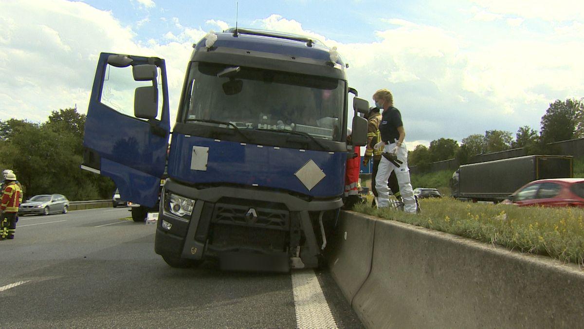 Bei einem Unfall am Autobahnkreuz Neufahrn wurden am Montag drei Menschen verletzt. Die Polizei sucht den mutmaßlichen Unfall-Verursacher.