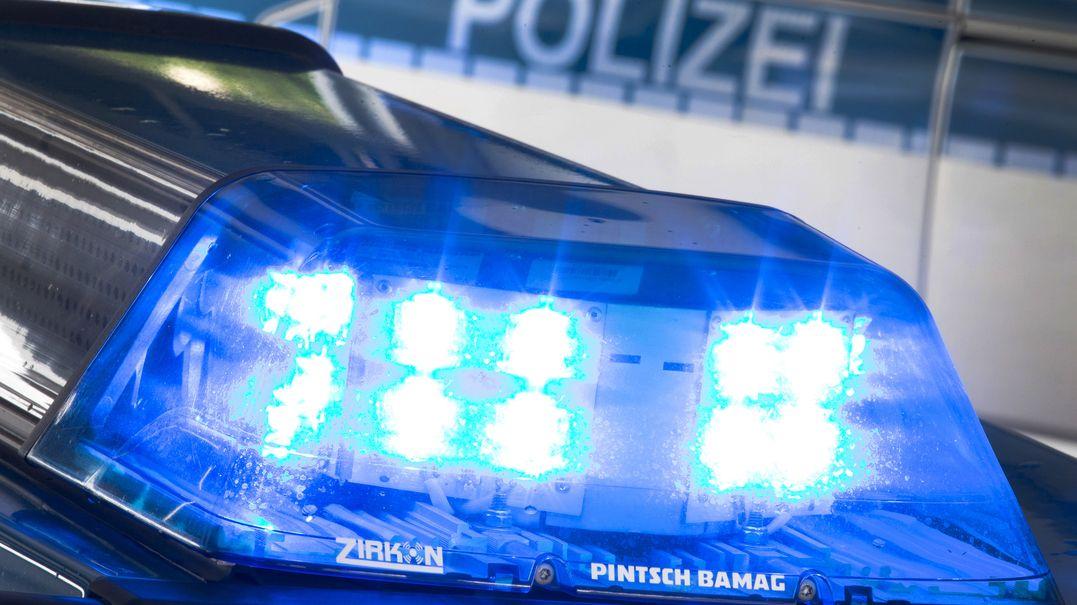 Blaulicht auf dem Dach eines Polizeiwagens.