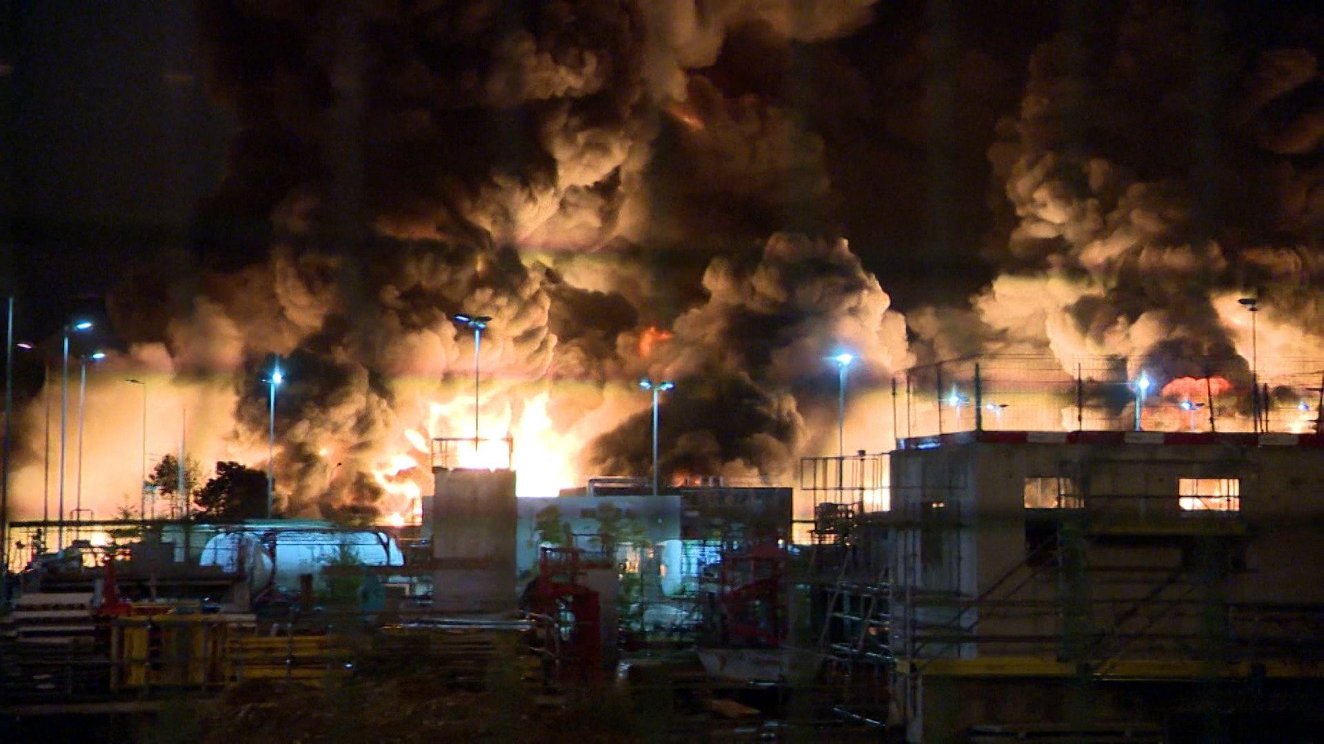 Nachtbild brennende  Chemiefabrik