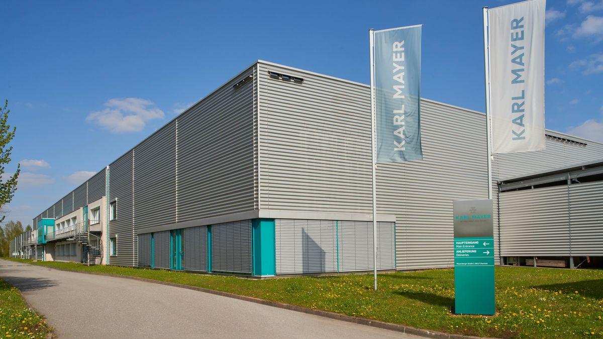 Eine Gebäudeansicht der Karl Mayer Technische Textilien GmbH in Chemnitz.