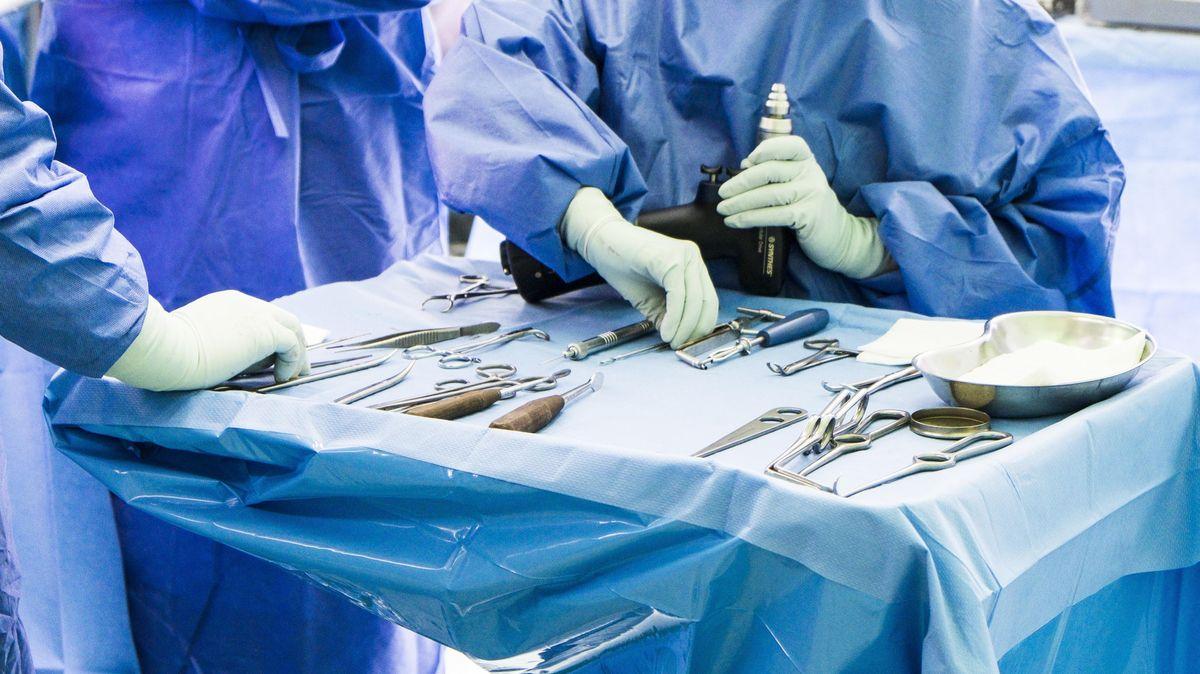 Bestecktisch mit Operationsbesteck bei einer Operation im Krankenhaus