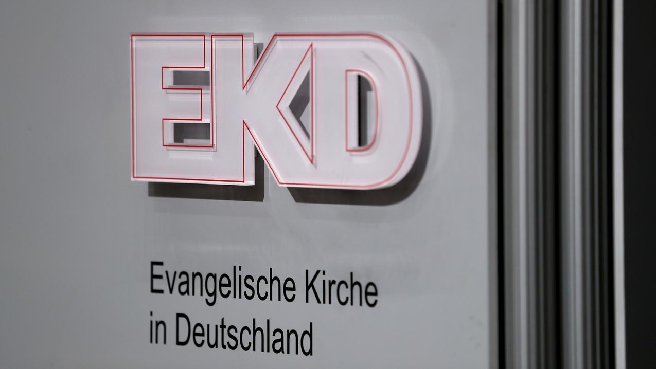 Logo der EKD bei der Tagung der Synode in Würzburg 2018
