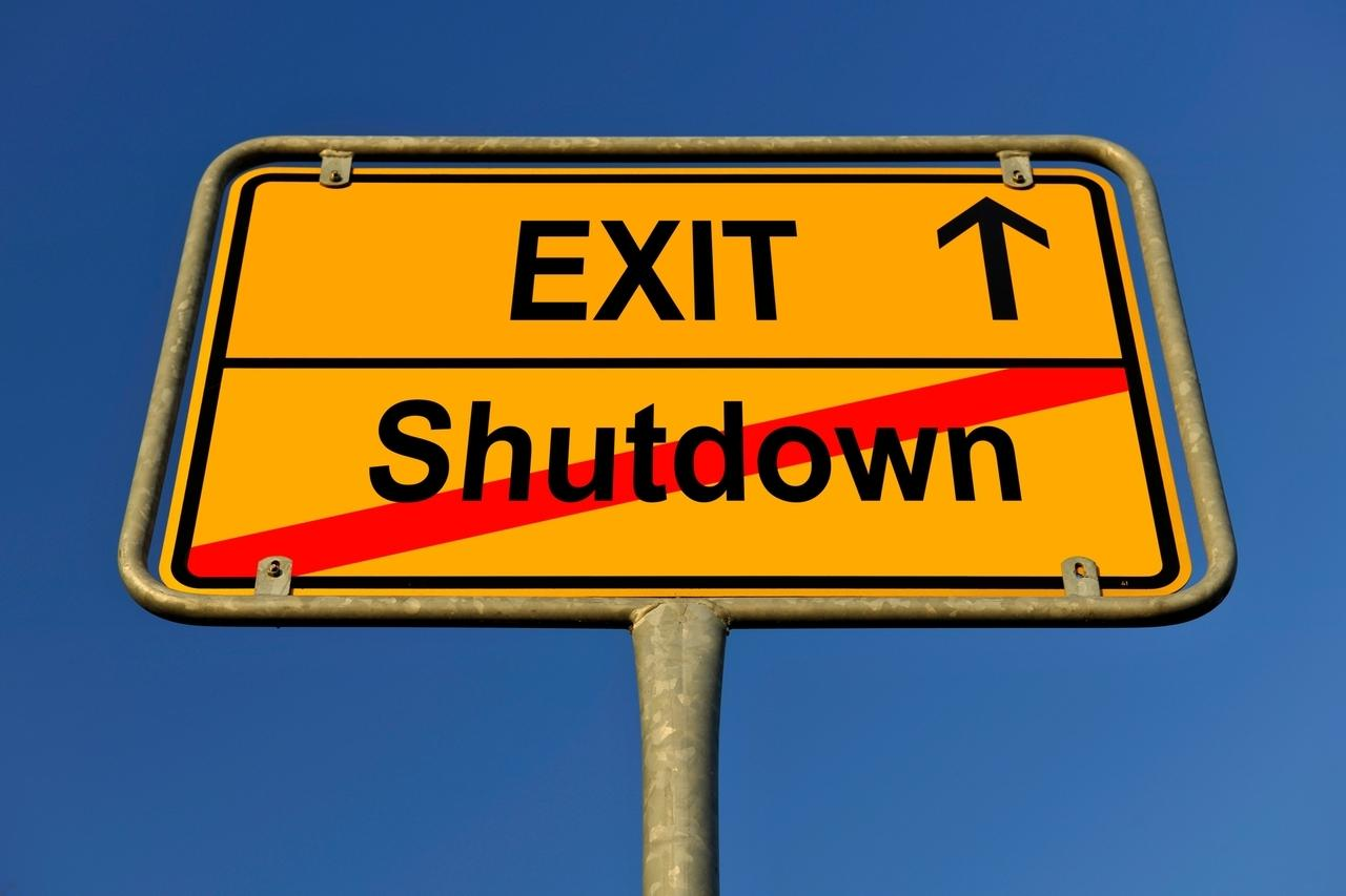 Ein sgelbes Ortstschild zeigt, dass der Shutdwon endet und der Exit beginnt.