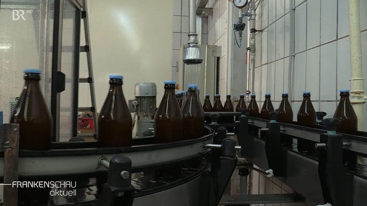 Bierflaschen in einer Abfüllanlage.