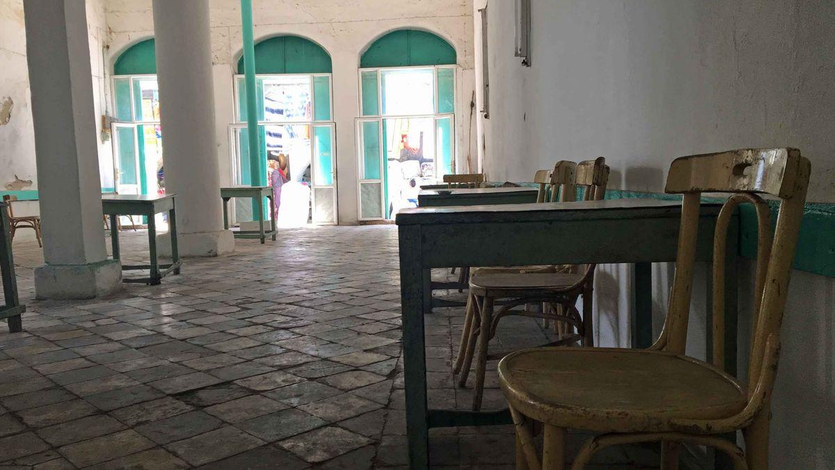 Leere Tische und Stühle im Inneren eines Cafés in der Altstadt von Nablus.