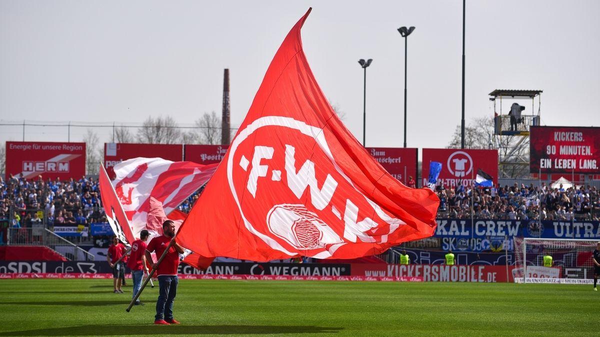 Fahnenschwenker trägt Fahne der Würzburger Kickers