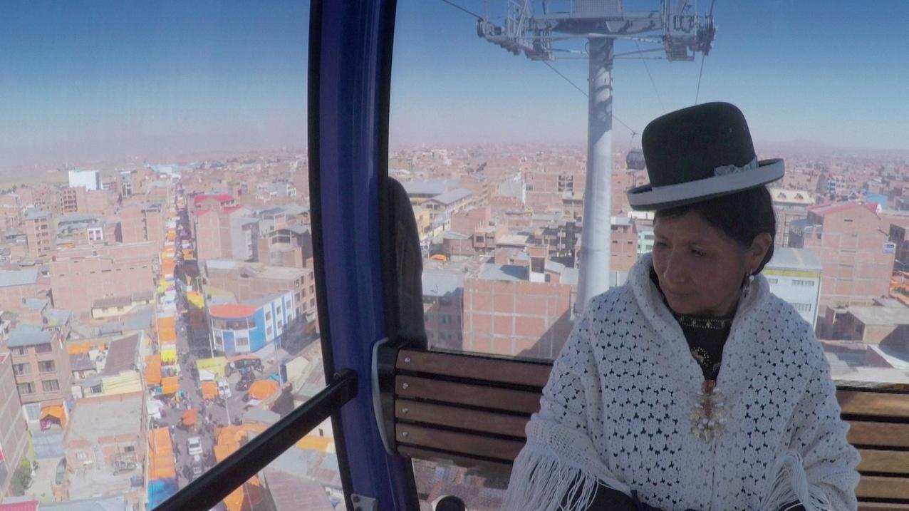 Einwohnerin von la Paz fährt mit der Seilbahn