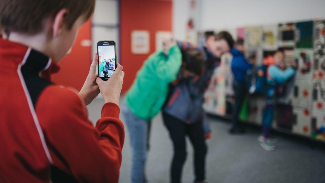 Schüler filmt mit dem Handy eine Rauferei