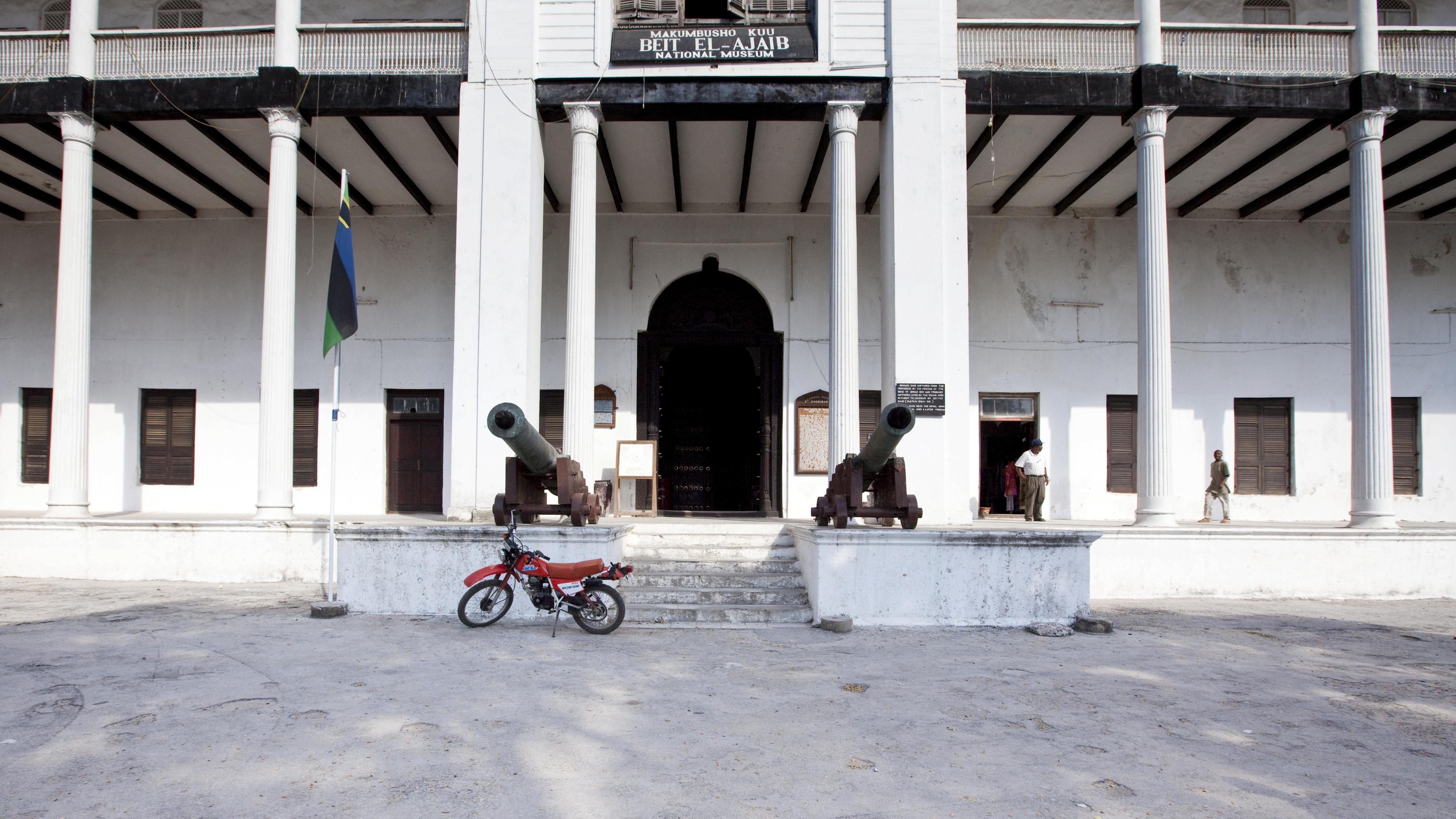 "Eingang mit Kanonen: Nationalmuseum in Tansania, früher ""House of Wonders - Beit-al-Ajaib"" genannt"