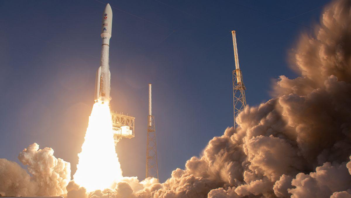 Eine Rakete startet mit viel Qualm.
