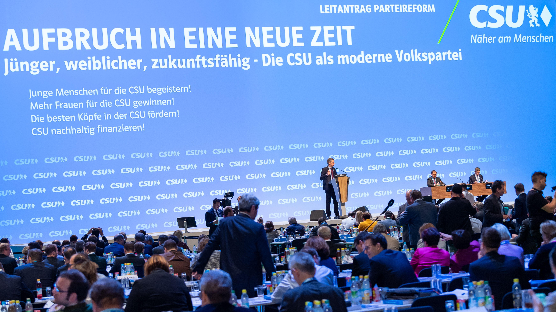CSU-Generalsekretär Markus Blume auf der Bühne des CSU-Parteitags.