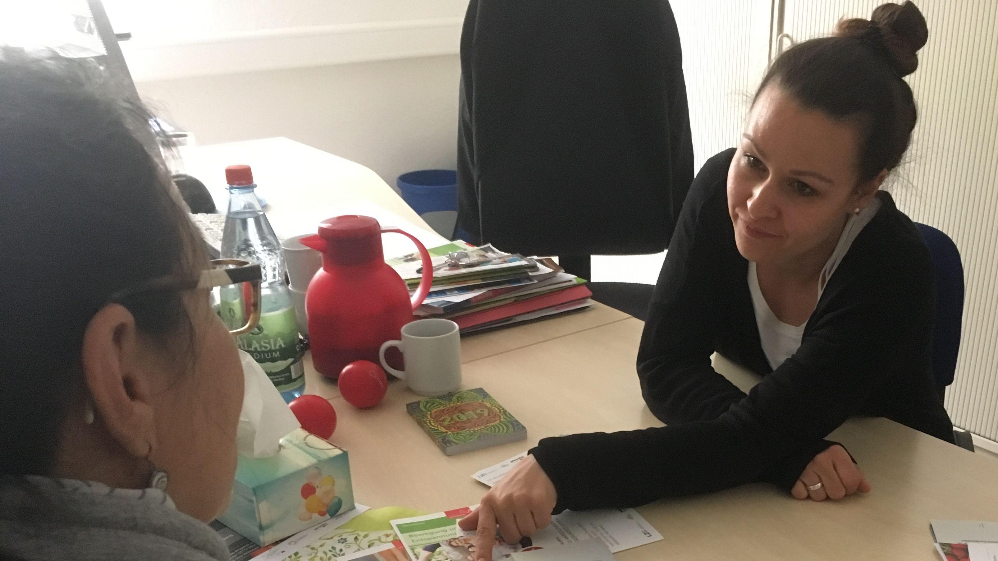 Die Nürnberger Jobcenter-Mitarbeiterin Katja Falk berät in Sachen Gesundheit